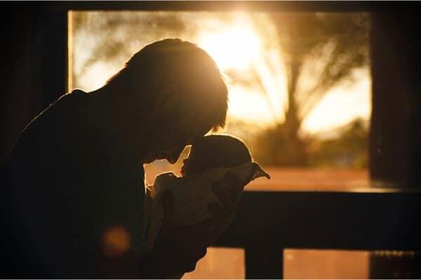 padre con bebe en brazos